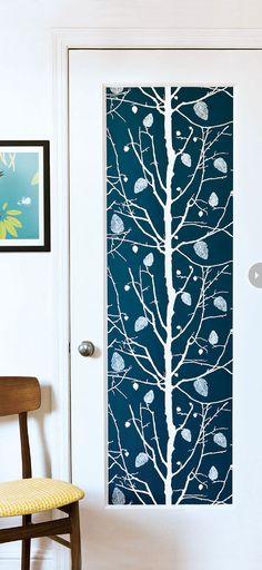 La porte customisée avec un papier peint motif arbre