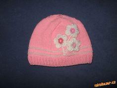 Pletená růžová čepička.