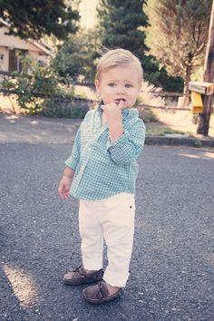 Seu filho tem algum par de mocassins? Acho lindo, super clássico e combina com uma calça jeans, uma bermuda e até mesmo um look mais social como esse!
