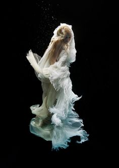 Holloway Zena (maybe) Dance Photography, Underwater Photography, Photography Women, Portrait Photography, Alien Worlds, Southern Gothic, Underwater Photos, Light And Shadow, Box Art