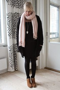All black outfit with pale pink scarf / Maternity style / Kotisaari