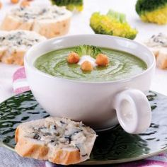 Krem z brokułów z lazurowymi tostami