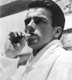Montgomery Clift, a classic.   Nato oggi (17 ottobre 1920) ~~~ «I'm a private no-class dogface. The way most civilians look at that, that's two steps up from nothin.» Montgomery Clift, «From Here to Eternity»
