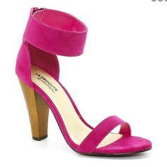 colored sandals  http://www.laredoute.gr/SHOPPING-PRIX-Pedila-me-ksulino-takouni_p-144211.aspx?prId=324342436