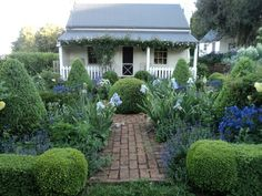 The cottage garden is a fave for THEM because it is higgeldy pigeldy and full of. The cottage gard Cottage Patio, Cottage Garden Plants, Garden Shrubs, Home And Garden, Cottage Front Garden, Cute Cottage, Cottage Style, French Cottage, Cottage Design