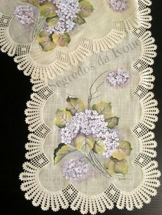 CM24- Pintura e crochet em caminho de mesa