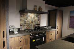 Houten industriële keuken met stalen zijpanelen en granieten blad.