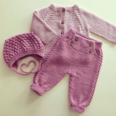 Hentesett klompelompe piece set in complimentary colours. Knit lace/ cabled design, crochet rest of pants around featured insert. sweet living and things: Villa This Pin was discovered by Eli This post was discovered by Elina Yli-Hauta. Baby Boy Knitting, Knitting For Kids, Baby Knitting Patterns, Baby Patterns, Hand Knitting, Knitted Baby Outfits, Knit Baby Dress, Baby Boy Sweater, Baby Sweaters