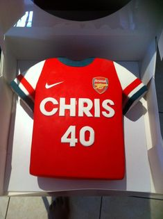 Arsenal football shirt cake. Soccer Birthday, 30 Birthday Cake, Soccer Party, Mini Tortillas, Rugby Cake, Soccer Cakes, Football Cakes, Barney Party, Shirt Cake