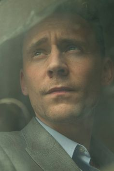 Tom Hiddleston as Jonathan Pine in The Night Manager (2016). Full size image: http://tomhiddleston.us/gallery/albums/tv/thenightmanager/stills/005.jpg Source: http://tomhiddleston.us/gallery/displayimage.php?album=660&pid=26657#top_display_media
