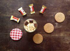 Cheesecake in barattolo ai mini kinder cereali Antipasto, Polenta, Bruschetta, Amazing Gardens, Finger Foods, Latte, Cheesecake, Food And Drink, Cookies