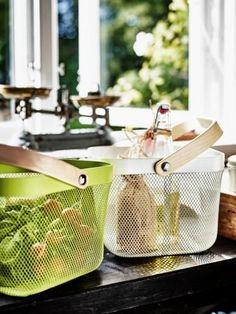 Praktisk og flot metalkurv til opbevaring af blandt andet frugt og grønt. RISATORP kurven fås både i grøn og hvid.