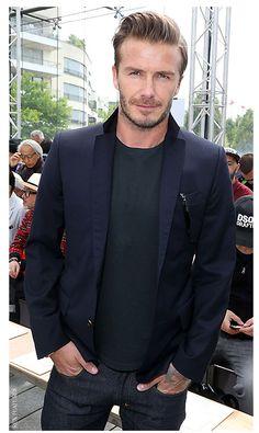 David Beckham hits the front row at Louis Vuitton's menswear show Navy Blazer Outfits, Navy Blazer Men, New Mens Fashion, Latest Fashion Design, Men's Fashion, Celebrity Gallery, Celebrity Style, David Beckham Suit, Star Wars