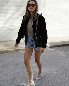 Осень 2020: все, что носится прямо сейчас #трендыосеньзима2020 #тренды2021 #осеннийгардероб #осенниетренды #гардероб2021 #осеннийгардероб2020 #куртки2021– Woman Delice Stylish Outfits, Fall Outfits, Fashion Outfits, Neutral T Shirts, Fringe Jacket, Dressed To Kill, Minimalist Fashion, Minimalist Style, Casual Chic