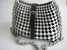 Black and White Candy wrapper Handbag. Chain made from Ring Pulls.just gorgeous . Candy Wrapper Purse, Candy Wrappers, Candy Bags, Soda Can Crafts, Homemade Clay, Paper Weaving, Scrap, Handmade Bags, Bucket Bag
