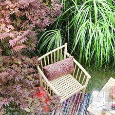 Nog steeds prachtig weer om heerlijk buiten te zitten en te genieten van siergrassen en het verkleurende blad van Japanse Esdoorns. Foto uit de serie: Voortuin in een bohemian hippie chic stijl. Bekijk het complete fotoalbum, link in profiel. ______________________________________ Enjoying ornamental grasses and colorfull Acers in this frontyard. Small front yard in hippie chic, bohemian garden style. Photo gallery: link in bio. ---------------------------- #buiteninterieur…