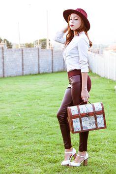 Look para trabalhar: Calça montaria, camisa e chapéu vinho