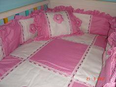 Creaciones Teresa Diaz: Juegos de Cuna (Protectores y Edredones) Toddler Bed, Quilts, Bouquet, Furniture, Home Decor, Baby Things, Scrappy Quilts, Craft, Baby Cot Bed