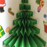 Effet garanti, sans prise de tête : du papier vert plié en accordéon, de la colle, et 30 secondes d'effort   Il faut : - du papier vert - gommettes pour décorer - ciseaux, colle - une...