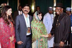 ナイジェリアの首都アブジャ(Abuja)にある大統領府ステートハウス(State House)でグッドラック・ジョナサン(Goodluck Jonathan)大統領(右)と握手するマララ・ユスフザイ(Malala Yousafzai)さん(右から2人目)。左は「マララ基金(Malala Fund)」のシーザ・シャヒド(Shiza Shahid)さん、左から2人目はマララさんの父親ジアウディン・ユスフザイ(Ziauddin Yousafzai)さん(2014年7月14日撮影)。(c)AFP/WOLE EMMANUEL ▼15Jul2014AFP|マララさん、ナイジェリア大統領に拉致少女の親との面会求める http://www.afpbb.com/articles/-/3020561 #Malala_Yousafzai ملاله يوسفزۍ