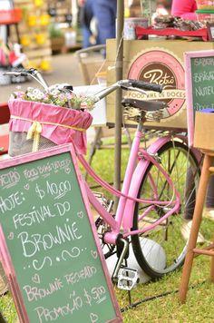 O que rolou no Margot Street durante o dia - decoração sustentável - décor - pallets - Incubadora de Arquitetura - do it yuourself - DIY - garrafas reformadas - garrafas de vidro coloridas - latas reformadas - food bike - Foto: Eduardo Liotti