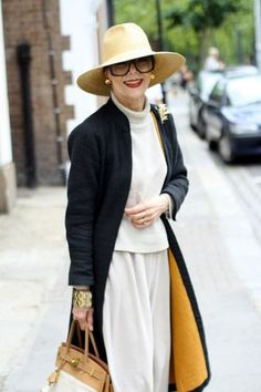 I like her look, regardless of age. It's why classic works - Stylish Fashion for 70 Year Old Women Mature Fashion, Over 50 Womens Fashion, Fashion Over 50, Fashion 2018, Ladies Fashion, Older Women Fashion, Feminine Fashion, Trendy Fashion, Fashion Check