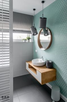 Tendencias losas y azulejos en baños y cocinas, cambian de forma y color - Decoración, DIY e ideas para decorar con vinilos Bad Inspiration, Bathroom Inspiration, Cool Bathroom Ideas, Interior Inspiration, Interior Color Schemes, Feature Tiles, Bathroom Cleaning, Bathroom Interior Design, Bathroom Designs