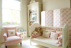 Um berço multi-uso divide-se em uma cama da criança como os pequenos menina idades.