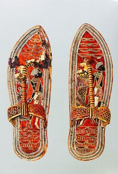 Ancient Egyptian sandals made of wood with leather bark and gold embellishments. On this, Egyptian patriots stepped upon their enemies. Ancient Egypt Pharaohs, Ancient Civilizations, Ancient Aliens, Egypt Civilization, Ancient Egypt Fashion, Ancient Egyptian Clothing, Egypt Museum, Empire Romain, Egyptian Jewelry