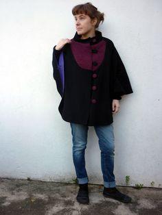 Cape en drap de laine, plastron et bouton en laine de Bretagne, tissée à la main.