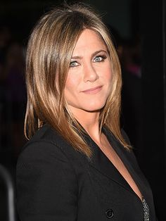 She's still inspiring hair envy on a worldwide scale, but just as Jennifer Aniston's cut has evolved to something far more modern than the Rachel, her eyebrows have also stepped into the twenty-first century. Jeniffer Aniston, Jennifer Aniston Hair, Jennifer Aniston Pictures, Celebrity Eyebrows, Celebrity Beauty, Celebrity Style, Rachel Haircut, Brown Blonde Hair, Blonde Honey