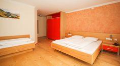 Zimmer im Hotel Auwirt - Unsere 47 Zimmer begrüßen in alpenländischer Tradition mit Holzböden und Mansarden, stilvoll und schlicht. In Betten von ausgezeichneter Qualität wird Ihr Schlaf tief und erholsam sein. Warmes Sonnenlicht begrüßt Sie nicht nur durch unsere Fenster, sondern auch auf Ihrem Balkon. Modern, Bed, Furniture, Home Decor, Mansard Roof, Sunlight, Beds, Sleep, Windows