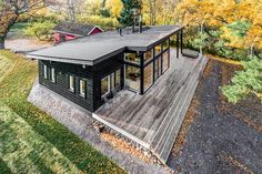 These Log Cabin Kit Homes From Finland Are Surprisingly Sleek - Photo 6 of 15 - The Kustavi has a monopitch roof, high windows and ceilings, two sheltered terraces, and a master bedroom with either a tall panoramic window or a sliding door. Modern Cabin Decor, Modern Log Cabins, Small Log Cabin, Modern Prefab Homes, Tiny House Cabin, Small Modern Cabin, Rustic Cabins, Cottage House, Cabin Kit Homes