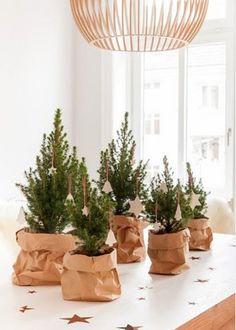 Un petit sapin de Noël en accumulation sur une table
