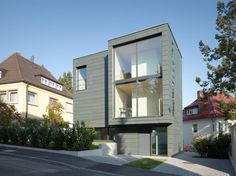 Das Architekturbüro Bottega + Erhardt Architekten GmbH verwirklichte für eine Familie mit drei Kindern ein kleines und kompaktes Wohnhaus.