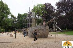 Is dit de gaafste speeltuin ooit? Luxemburg met kinderen mis dan zeker de piratenschip speeltuin niet. Naast het schip hier ook veel water speelopties.