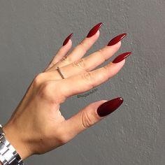 Only other nailtechs understand this kind of pictures Sideview on my own nails. Vamp red❤️ #självlärd #selftaught #nagelamatörer #gelnails #gelenaglar #naglar #nails #uvnails #nagelförlängning #nailextension #rednails #rödanaglar #darkrednails #winerednails #vampnails #lillynails #lillynailsvampred #baseone #silcare #naileon #coolnails #almondnails #ovalnails #roundednails #mynails #newnails #sideview #nailshape