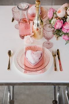 Valentine's Day Table Setting from a Galentine's Day Valentine Brunch on Kara's Party Ideas Valentinstag Party, Valentines Balloons, Valentines Day Decorations, Valentine's Day Quotes, My Funny Valentine, Brunch Mesa, Galentines Day Ideas, Valentines Day Dinner, Kids Valentines