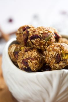 Quick and healthy no bake Fruit and Nut Trail Mix Energy Balls are loaded with dried cranberries, oats and pistachios for a nutritious breakfast or snack on the go! Gluten Free Snacks, Vegan Snacks, Healthy Snacks, Healthy Recipes, Healthy Eats, Alkaline Recipes, Healthy Cooking, Granola, Muesli Bars