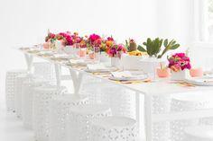 almoço mexicano com mesa branca, seat gardens, flores e cactos.
