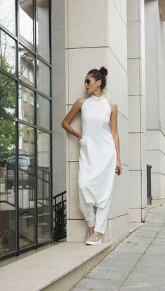 This FABULOUS Off White Loose Drop Crotch Jumpsuit will be your Must have garment for the new season... Sexy Part Show Stopper Polyviscose comfortable ready to go outfit ... Extravagant and sleeveless... Sexy Back ... So comfy and easy to wear at the same time a touch of elegance and Edgy Look, Look Boho Chic, Look Fashion, Womens Fashion, Teen Fashion Outfits, White Jumpsuit, Look Vintage, Bohemian Fashion, Stylish Clothes