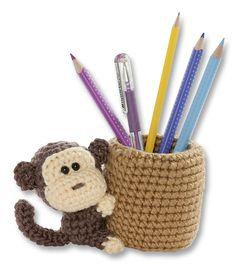Echte Hingucker für den Schreibtisch sind unsere Häkelstiftehalter zum Selbermachen! In jeder Packung ist ausreichend Material sowie eine gut bebilderte Anleitung dabei. Mehr unter www.folia.de
