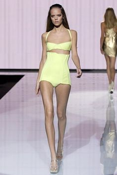 See the complete Versace Spring 2007 Ready-to-Wear collection. Model: Freja Beha Erichsen