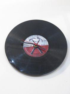 Relógio de Vinil  Tema: Pink Floyd - The Wall Fazemos qualquer estampa. R$29,00