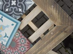 Verkocht, maar wel op bestelling te verkrijgen, vraag The Woodcrafter naar de prijzen.. Prachtige tuintafel van steigerdelen en eenblad van een patchwork van Portugese cementtegels, los liggend, strak tegen elkaar, zodat in een later stadium, wanneer gewenst, andere tegels gekozen kunnen worden.