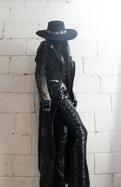 Top Gothic Fashion Tips To Keep You In Style. As trends change, and you age, be willing to alter your style so that you can always look your best. Consistently using good gothic fashion sense can help Dark Fashion, Gothic Fashion, Emo Fashion, Fashion Moda, Womens Fashion, Gothic Mode, Dark Gothic, Gothic Metal, Mode Rock
