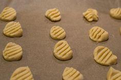 Die Keks-Teiglinge werden auf das Backblech gegeben und mit der flachen Gabel eingedrückt. So erhalten sie ihr jederzeit typisches Muster!