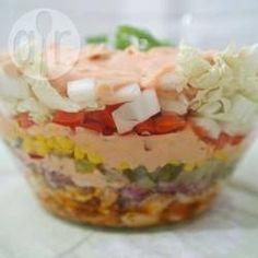 Schichtsalat mit Gyros / Ich mach diesen Salat sehr gerne für Einladungen. Hühnerbrust wird in der Pfanne mit Gyros-Gewürz gebraten und dann mit Chinakohl, roter Zwiebel, Mais, Essiggurken und Paprika in eine Schüssel geschichtet. @ de.allrecipes.com