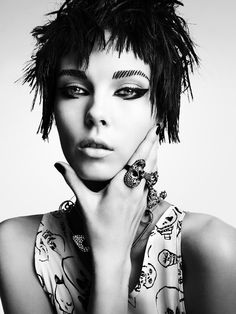 I am loving this makeup. Shades of Nina Hagen and Siouxsie Sioux. (That giant diamante encrusted safety pin necklace ain't hurtin' nothin', either) Makeup Trends, Makeup Inspo, Makeup Inspiration, Beauty Makeup, Hair Beauty, Fashion Inspiration, Punk Fashion, Diy Fashion, Fashion Beauty