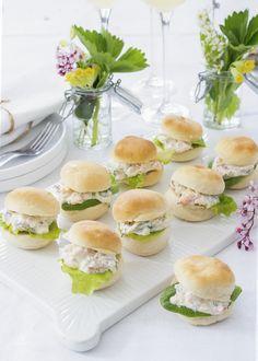 Läckra små munsbitar till mingelfesten. Hemmagjorda mini-hamburgerbröd och en härlig röra med kräftstjärtar, perfekt till kräftskivan eller midsommar! Receptet räcker till 20 bitar. #burgare #sliders #kräftstjärtar #midsommar #kräftskiva #student #mingel #fest #plockmat #fingerfood #buffé Mini Hamburger, Afternoon Tea, Bread Recipes, Tapas, Sandwiches, Brunch, Food And Drink, Snacks, Eat
